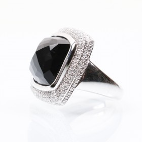 White gold ring with onyx and brilliant diamond