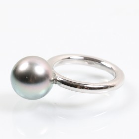 White gold ring with Japanese pearl