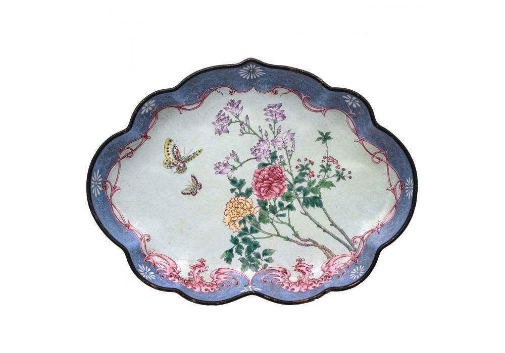 Plateau émaillé et décoré de fleurs, Chine, 19e s.