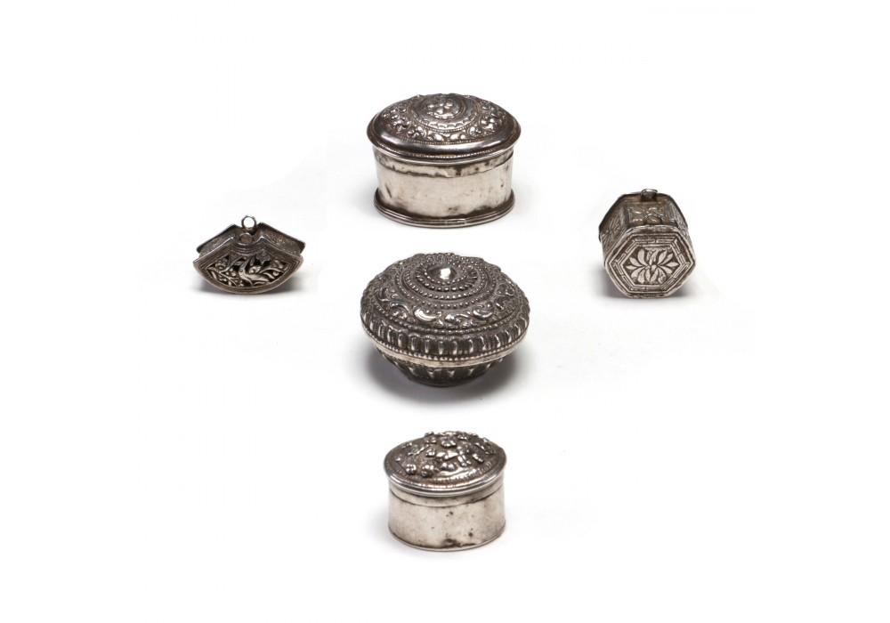Petites boîtes en argent repoussé représentant des scènes narratives et florales
