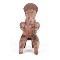 Grand personnage Nayarit assis les mains au niveau de la poitrine