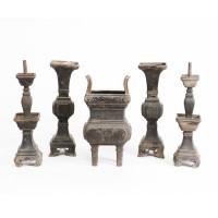 Lot de cinq récipients d'autel en zamak
