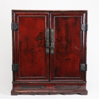 Petit cabinet d'autel chinois laqué rouge