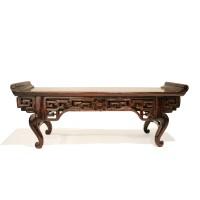 Modèle réduit d'une table d'autel en laque bordeaux, Chine, 19e s.