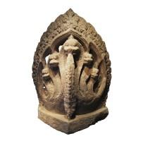 Encoignure en pierre composée d'un Nâga à cinq têtes, Khmer, Cambodge, 10e s.