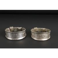 Paire de bracelets en argent gravée de motifs floraux et fermoir en spirale