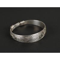 Bracelet en argent gravé de motifs floraux et du signe Yin/Yang