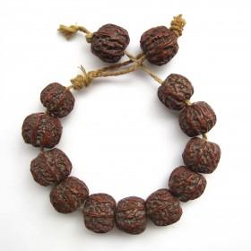 Perles de noix sculptées et gravées, Chine, 18e s.